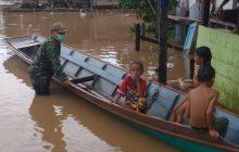Tabang Banjir, Babinsa Evakuasi Warga