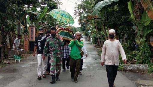 Empati Kepada Warga Binaan, Babinsa antar ke Pemakaman