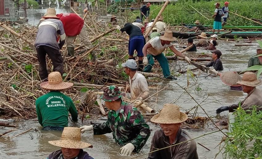 Babinsa Kasarangan Pelopori Warga Bersihkan Sungai