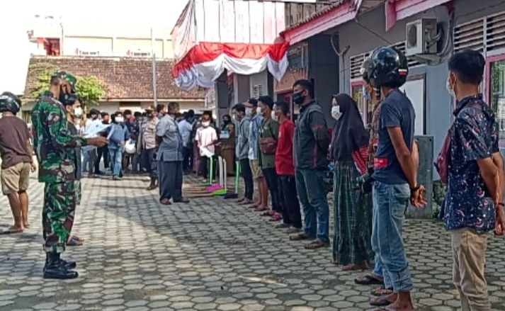Tanbu Sanksi 78 Pelanggar Prokes Bersihkan Parit