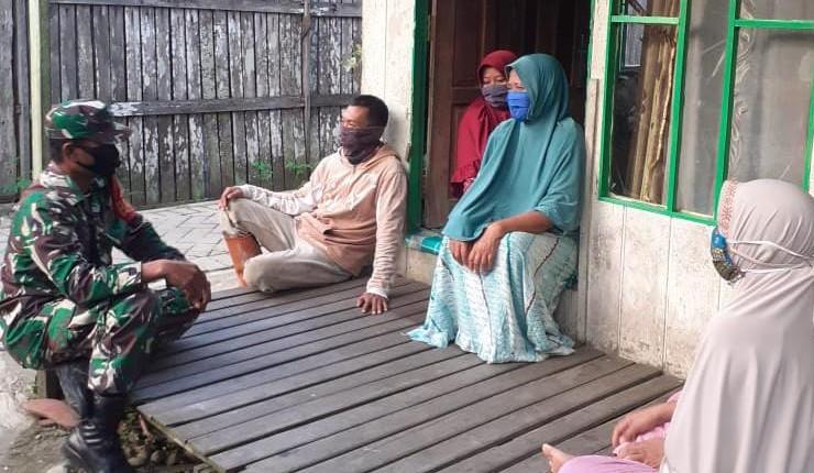 Babinsa Haruyan Door to Door Sosialisasi Prokes