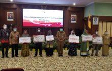 Wakili Presiden Jokowi Paman Birin Serahkan Bansos untuk Kalsel