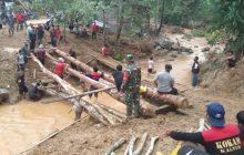 Buka Akses, Babinsa Gotong Royong Bangun Jembatan Darurat