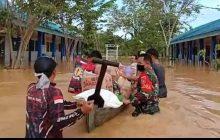TNI di Barabai Berendam Distribusikan Logistik ke Terdampak Banjir