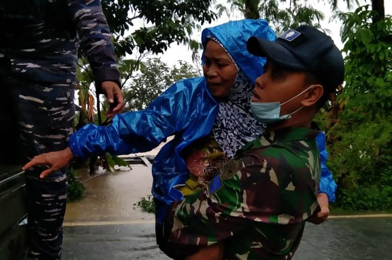 Lanal Banjarmasin Evakuasi Korban Banjir