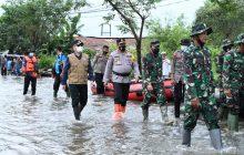 Serahkan Bantuan Presiden, Panglima TNI Tinjau BanjirKalsel