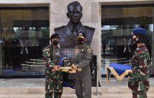 Kapolri Idham Azis Dianugerahi Wing Kehormatan Penerbang Kelas 1 TNI AU