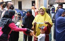 Kapolres-Ketua Bhayangkari Tala Bantu Korban Banjir Bumi Mamur