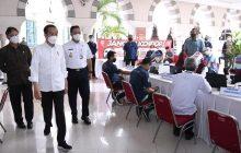 Jokowi Tinjau Vaksinasi Pedagang Tanah Abang