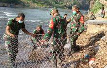 Kodim HST dan Warga Perbaiki Jembatan Gantung
