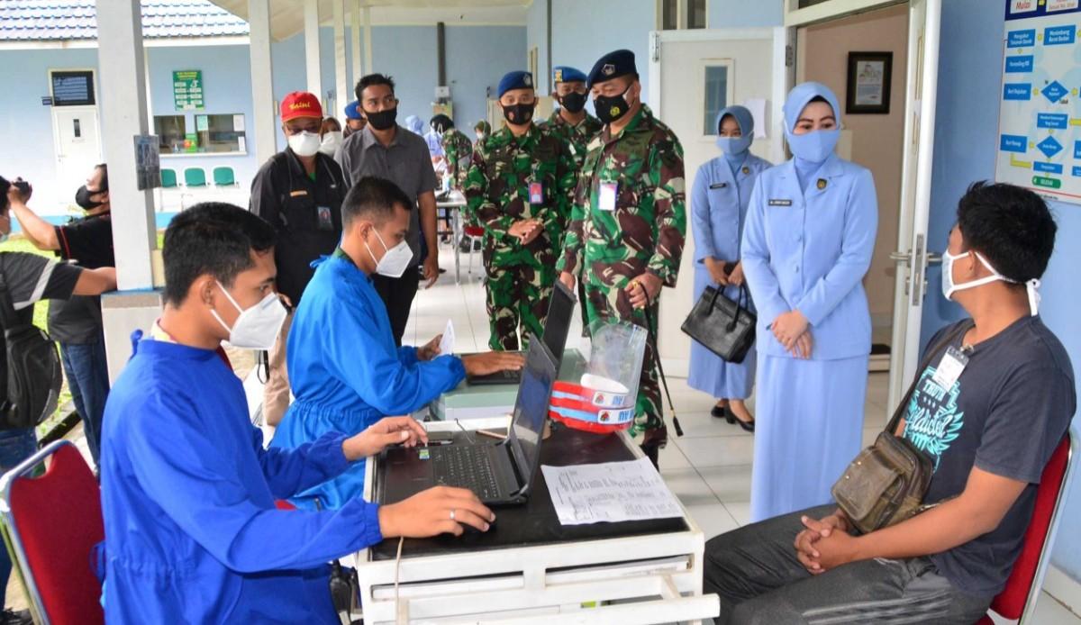 TNI AU Layani Vaksinasi Penumpang Bandara Sjamsudin Noor