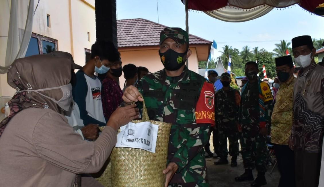 Tim Wasev KSAD Bagi Sembako di Rantau Keminting